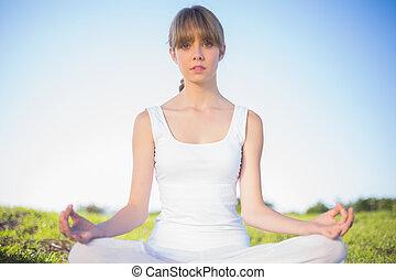naturel, jeune femme, délassant, faire, yoga