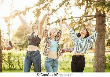 natuur, uitgeven, jonge, dag, terwijl, lachen, plezier, het genieten van, hebben, vrouwen