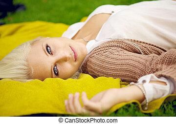 natuurlijke , jonge vrouw , relaxen, in park