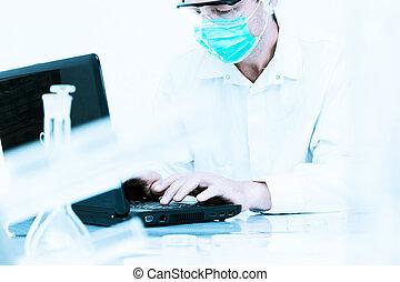 naukowiec, pracujący, przedimek określony przed rzeczownikami, laboratory.