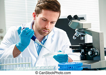 naukowiec, pracujący
