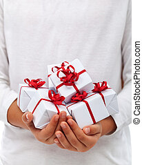 navidad presenta, en, niño, manos