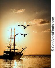 navio, silueta, em, pôr do sol