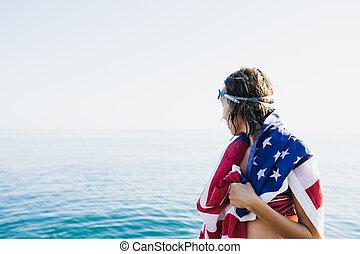 nazad prospekt, od, wet-haired, kobieta, w, amerykańska bandera