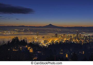 nebel, rollen, in, an, dämmern, aus, der, cityscape, von, portland