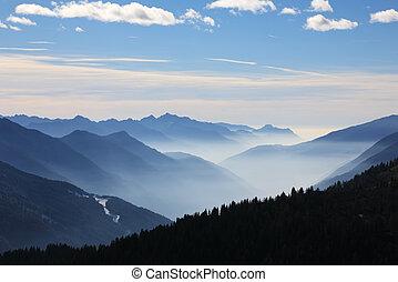 nebuloso, montanhas, em, inverno