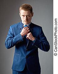 necktie., homme, jeune, confiant, ajustement, sien