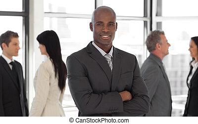 negócio, étnico, equipe, frente, sorrindo, líder