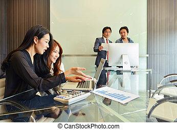 negócio asiático, pessoas, discutir, com, um ao outro