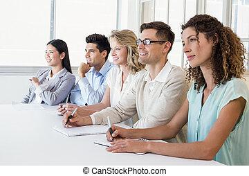 negócio casual, equipe, escutar, durante, reunião