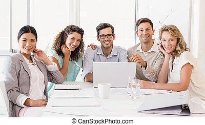 negócio casual, equipe, sorrindo, câmera, durante, reunião