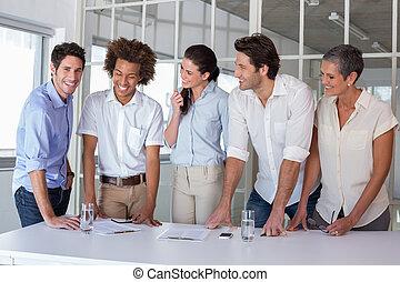 negócio casual, equipe, tendo, um, reunião, ficar