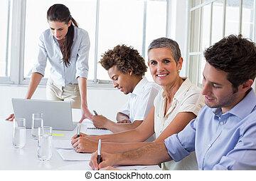 negócio casual, equipe, tendo, um, reunião