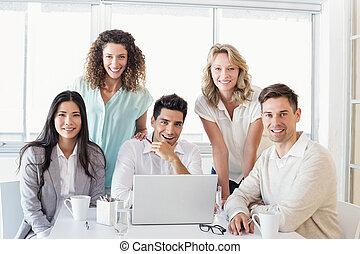 negócio casual, equipe, tendo, um, reunião, usando computador portátil