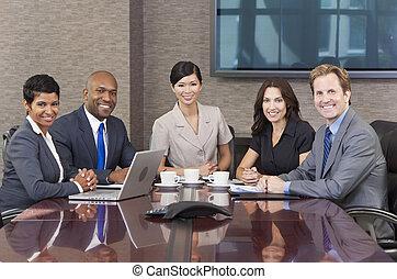 negócio, &, homens, interracial, equipe, reunião sala reuniões, mulheres