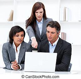 negócio internacional, equipe, trabalhar, um, computador