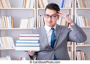 negócio, lei, estudante, com, pilha livros, trabalhando, em, biblioteca