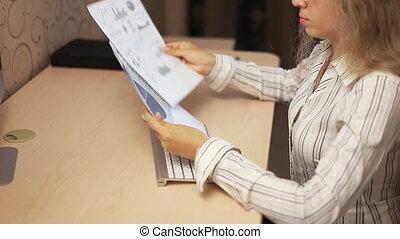 negócio, menina, analisando, investimento, gráficos