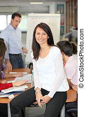negócio mulher, escrivaninha, perched, durante, reunião