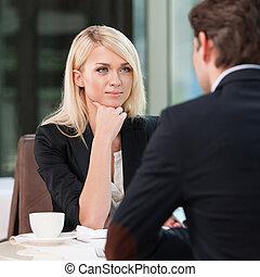 negócio mulher, escutar, man., loura, café bebendo, enquanto