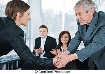 negócio mulher, jovem, saliência, trabalho, passado, mãos, entrevista, agitação