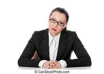 negócio mulher, sentando, triste, atrás de, escrivaninha