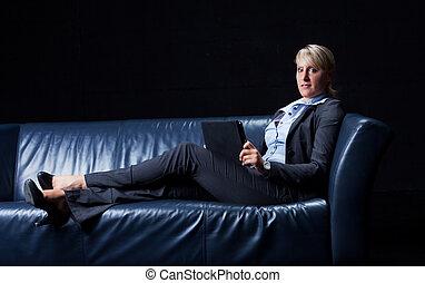 negócio mulher, sofá