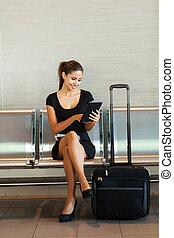 negócio mulher, tabuleta, aeroporto, computador, usando