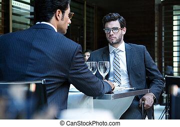 negócio, restaurante, homens, dois, jantar, ter, sorrindo