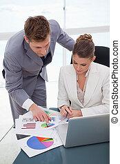 negócio, resultados, equipe, analisando, levantamento