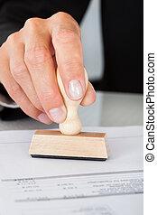 negócio, selo, mão, borracha, apertando, documento, homem