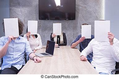 negócio, sobre, startup, rosto, papel, segurando, equipe, branca