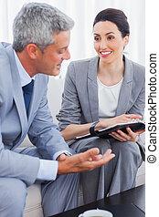 negócio, trabalhe pessoas, sofá, junto, falando, sorrindo