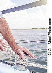 negociando, cordas, iate, cima, closeup, mãos, yachtsman