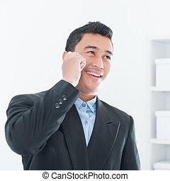 negocio asiático, ejecutivo, hablar, en, smartphone