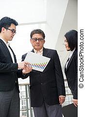 negocio asiático, ejecutivo, presentación, gráfico, a, ceo