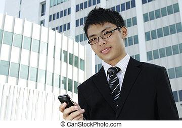negocio asiático, ejecutivo, utilizar, el suyo, teléfono celular