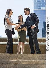 negocio de la ciudad, mujer hombre, equipo, sacudarir las manos