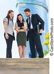 negocio de la ciudad, mujer hombre, equipo, utilizar, tableta, computadora