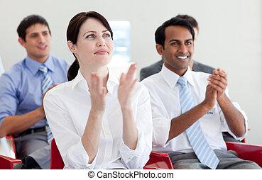 negocio internacional, gente, aplaudir, en, un, conferencia