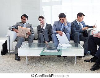 negocio internacional, sentada de la gente, en, un, sala de espera