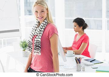 negocio ocasional, mujer, con, colega, usar ordenador