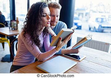 negozio, caffè, coppia, giovane, libri, lettura