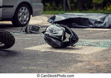 negro, casco de la motocicleta, en la calle, después, colisión, con, un, coche
