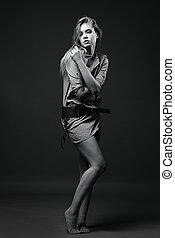 negro y blanco, contraste alto, retrato, de, modelo, en, fondo oscuro