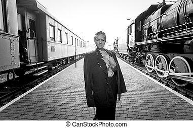 negro y blanco, retrato, de, mujer, en, uniforme, en, plataforma del ferrocarril