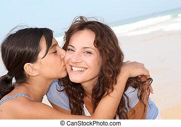 neki, fiatal, closeup, anyu, csókolózás, leány, tengerpart