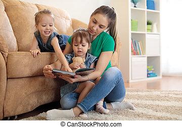 neki, fiatal, könyv, meglehetősen, anya, felolvasás, lányok