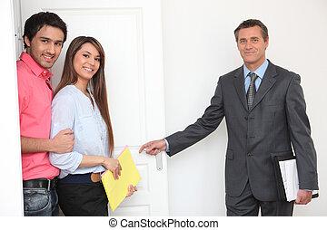 nemovitosti- speditér, showing, majetek, dvojice, dokola