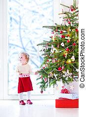 nena, árbol, decorar, navidad